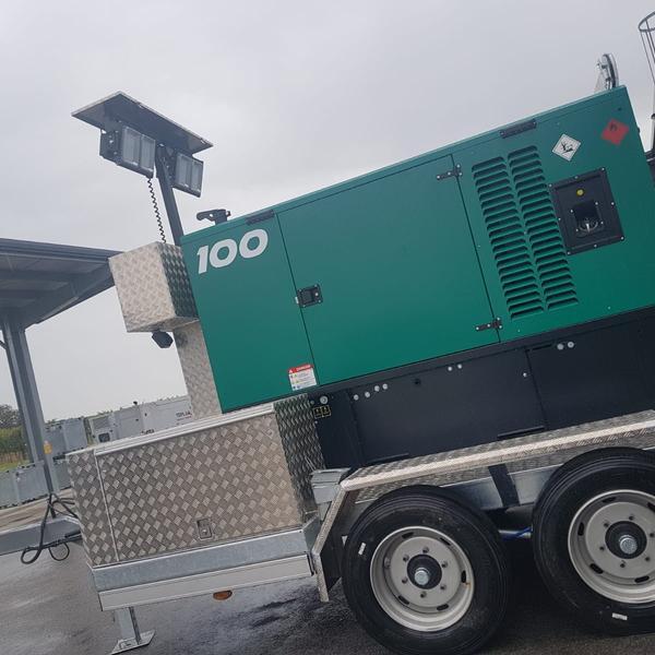 100 kVA, mit Lichtmast